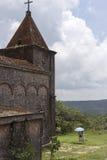 Młody pary visitng zaniechany kościół w Kep Obrazy Stock