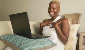młody pięknego i szczęśliwego czarnego afrykanina kobiety Amerykański ono uśmiecha się excited używać internetów ogólnospołecznyc obraz royalty free
