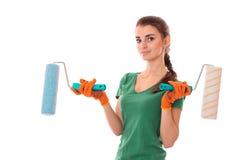Młody piękno brunetki kobiety budowniczy w mundurze z farba rolownikiem w rękach robi reovations odizolowywającym na białym tle Fotografia Royalty Free