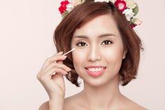 Młody piękno w kontuszu usuwa oko makijaż Twarzowy zbliżenie brzęczenia Zdjęcie Stock