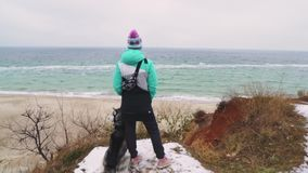 Młody piękny żeński odprowadzenie z siberian husky psem na plaży przy zima dniem, zwolnione tempo zbiory wideo