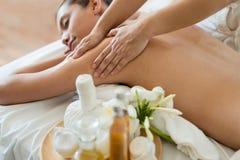 Młody piękny Azjatycki kobieta sen relaksuje w Nafcianym zdroju massag obraz stock
