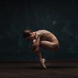 Młody piękny baletniczy tancerz w beżowym swimsuit Zdjęcie Stock