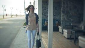 Młody piękny biznesowej kobiety odprowadzenia puszek ulica zdjęcie wideo