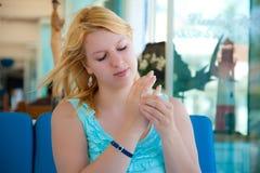 Młody piękny blondynki dziewczyny obsiadanie w kawiarni i próbować zaręczynowego propozycja pierścionek obraz royalty free