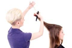 Młody piękny blondynki kobiety fryzjer męski z klientem odizolowywającym na whit Obrazy Royalty Free