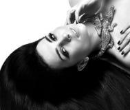 Młody piękny brunetki kobiety lying on the beach na podłogowej odzieży krokodyla drogim złocistym jewellery z długie włosy obrazy stock