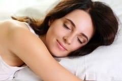 Młody piękny brunetki kobiety portreta lying on the beach w łóżku fotografia royalty free