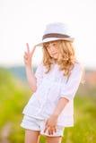 Młody piękny cutie pozuje w kapeluszu blisko pola Zdjęcia Royalty Free