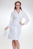 Młody piękny doctorin w białym medicinska żakiecie obrazy stock