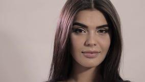 Młody piękny dziewczyna modela ono uśmiecha się Portret Kaukaski pojawienie, flirtuje zbiory