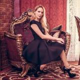Młody piękny dziewczyna pobyt w luksusowym żywym pokoju obrazy royalty free