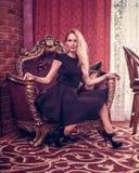 Młody piękny dziewczyna pobyt w luksusowym żywym pokoju obraz royalty free