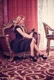 Młody piękny dziewczyna pobyt w luksusowym żywym pokoju zdjęcia stock