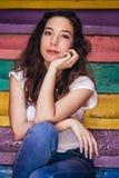 Młody Piękny dziewczyny obsiadanie na Kolorowych krokach obraz royalty free