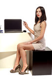 Młody piękny dziewczyny obsiadanie przy komputerem w biurze zdjęcie royalty free