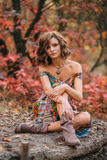 Młody piękny dziewczyny odprowadzenie w jesień lesie obrazy royalty free