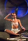 Młody piękny gimnastyczki kobiety obsiadanie na podłodze prepearing trenować zdjęcia royalty free