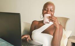 Młody piękny i szczęśliwy czarny afro Amerykański kobiety ono uśmiecha się excited mieć zabawę na internecie używać ogólnospołecz Obrazy Royalty Free
