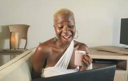 Młody piękny i szczęśliwy czarny afro Amerykański kobiety ono uśmiecha się excited mieć zabawę na internecie używać ogólnospołecz Obraz Royalty Free