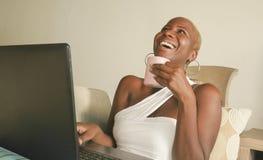 Młody piękny i szczęśliwy czarny afro Amerykański kobiety ono uśmiecha się excited mieć zabawę na internecie używać ogólnospołecz Zdjęcia Stock