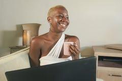 Młody piękny i szczęśliwy czarny afro Amerykański kobiety ono uśmiecha się excited mieć zabawę na internecie używać ogólnospołecz Obraz Stock