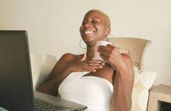 Młody piękny i szczęśliwy czarny afro Amerykański kobiety ono uśmiecha się excited mieć zabawę na internecie używać ogólnospołecz Fotografia Stock