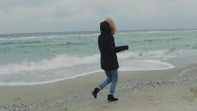 Młody piękny kobieta bieg wokoło plaży na zimnym zima dniu swobodny ruch zbiory