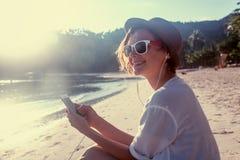 Młody piękny kobieta modnisia podróżnik w hełmofonach z mo i Obrazy Stock