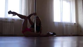 Młody piękny kobieta taniec wokoło słupa i seansu rozciągania zdjęcie wideo