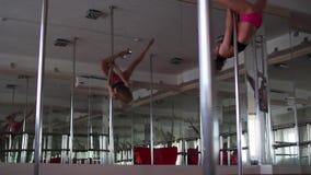 Młody piękny kobieta taniec wokoło słupa i seansu rozciągania zbiory wideo