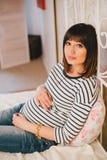 Młody piękny kobieta w ciąży obsiadanie na łóżku w sypialni Obrazy Stock