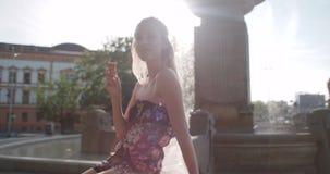 Młody piękny kobiety łasowania lody podczas słonecznego dnia, outdoors zdjęcie wideo