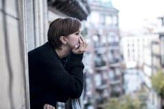 Młody piękny kobiety główkowanie i uczucia cierpienia smutna depresja przy miastowym miasta tłem stwarzamy ognisko domowe balkon fotografia stock