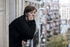 Młody piękny kobiety główkowanie i uczucia cierpienia smutna depresja przy miastowym miasta tłem stwarzamy ognisko domowe balkon obrazy royalty free