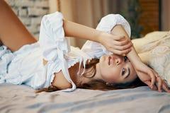Młody piękny kobiety lying on the beach w łóżku po budzi się zdjęcia stock