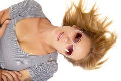 Młody piękny kobiety lying on the beach w okularach przeciwsłonecznych obrazy royalty free