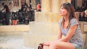 Młody piękny kobiety obsiadanie fontanną zdjęcie wideo
