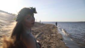 Młody piękny kobiety odprowadzenie na plaży zdjęcie wideo