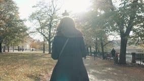 Młody piękny kobiety odprowadzenie w jesień parku Dziewczyny odprowadzenie Wzdłuż deptaka W spadku, stylu życia pojęcie zbiory