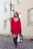 Młody piękny kobiety odprowadzenie w starym miasteczku Tallinn Obrazy Royalty Free