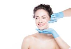 Młody piękny kobiety ` s skóry przegląd przed traktowaniem fotografia royalty free