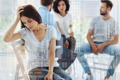 Młody piękny kobiety uczucia spęczenie w psychologach biurowych Zdjęcia Royalty Free