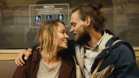 Młody piękny mężczyzna, kobiety obsiadanie w i Szczęśliwa para iść do domu po długiego dnia zbiory wideo