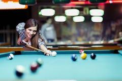 Młody piękny młodej damy celowanie brać snookeru strzał Zdjęcia Royalty Free