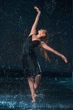 Młody piękny nowożytny tancerza taniec pod wodnymi kroplami Obrazy Stock