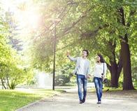 Młody piękny pary odprowadzenie w parku Obraz Royalty Free