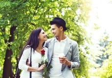 Młody piękny pary odprowadzenie w parku Obrazy Royalty Free