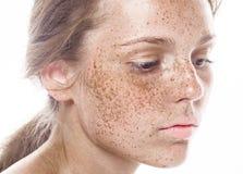 Młody piękny pieg kobiety twarzy portret z zdrową skórą obraz stock