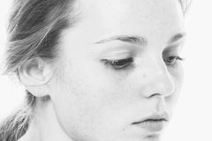 Młody piękny pieg kobiety twarzy portret z zdrowym skóra b obrazy stock
